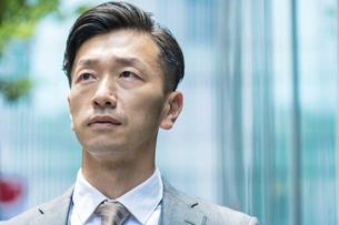 ストレスを感じた表情をするビジネスマンの写真素材 [FYI04907421]