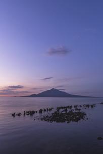 夜明けの利尻富士の写真素材 [FYI04907458]