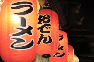 有楽町ガード下の飲屋街 提灯の写真素材 [FYI04907492]