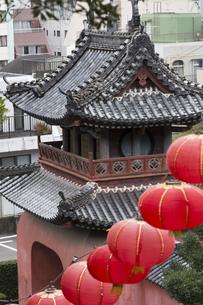 崇福寺山門とランタンの写真素材 [FYI04907596]