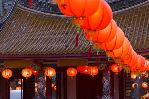 孔子廟儀門の屋根とランタンの写真素材 [FYI04907600]