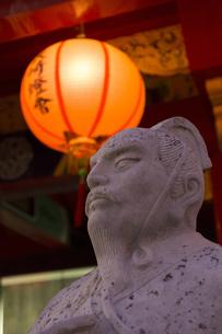 孔子廟の賢人像とランタンの写真素材 [FYI04907602]