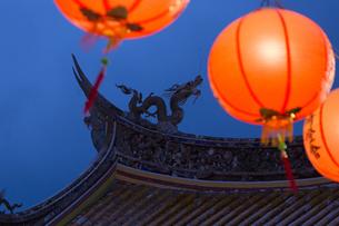 孔子廟儀門の屋根とランタンの写真素材 [FYI04907603]