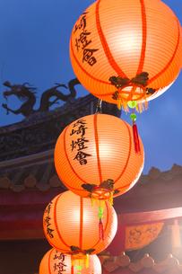 孔子廟儀門の屋根とランタンの写真素材 [FYI04907604]