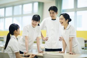 教室で話をしている看護学生たちの写真素材 [FYI04907657]