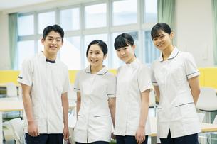 教室で友達と笑顔の看護学生たちの写真素材 [FYI04907660]