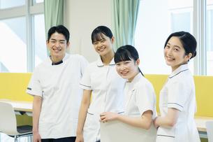 教室で友達と笑顔の看護学生たちの写真素材 [FYI04907661]