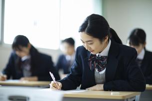 テストを受ける女子高校生の写真素材 [FYI04907663]