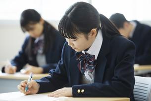 テストを受ける女子高校生の写真素材 [FYI04907667]