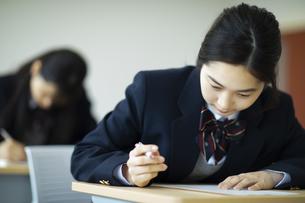 テストを受ける女子高校生の写真素材 [FYI04907669]