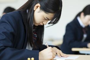 テストを受ける女子高校生の写真素材 [FYI04907671]