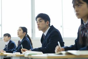 授業を受ける男子高校生の写真素材 [FYI04907683]