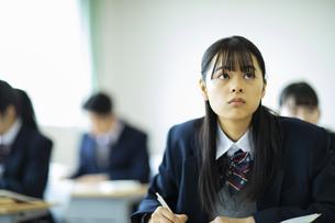 授業を受ける女子高校生の写真素材 [FYI04907686]