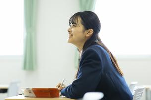 授業を受ける女子高校生の写真素材 [FYI04907691]