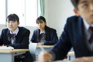 授業を受ける女子高校生の写真素材 [FYI04907692]
