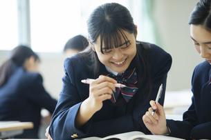 休み時間に教室で勉強する高校生の写真素材 [FYI04907697]