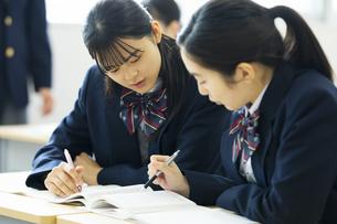 休み時間に教室で勉強する高校生の写真素材 [FYI04907699]