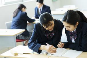 休み時間に教室で勉強する高校生の写真素材 [FYI04907700]