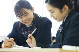休み時間に教室で勉強する高校生の写真素材 [FYI04907706]