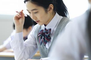 テストを受ける女子高校生の写真素材 [FYI04907712]