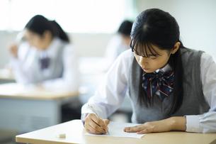 テストを受ける女子高校生の写真素材 [FYI04907715]