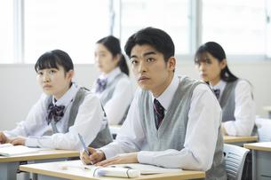 授業を受ける男子高校生の写真素材 [FYI04907725]