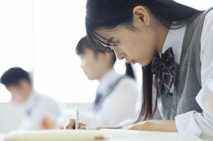 授業を受ける女子高校生の写真素材 [FYI04907727]