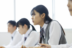 授業を受ける女子高校生の写真素材 [FYI04907732]