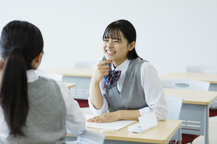 休み時間に教室で雑談する女子高生の写真素材 [FYI04907733]