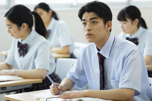 授業を受ける男子高校生の写真素材 [FYI04907740]