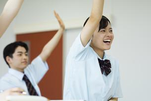 テストを受ける女子高校生の写真素材 [FYI04907744]