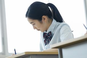 テストを受ける女子高校生の写真素材 [FYI04907749]