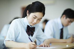テストを受ける女子高校生の写真素材 [FYI04907753]