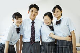 友達と笑顔の高校生たちの写真素材 [FYI04907759]