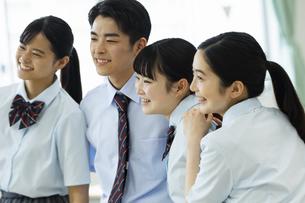 友達と笑顔の高校生たちの写真素材 [FYI04907761]