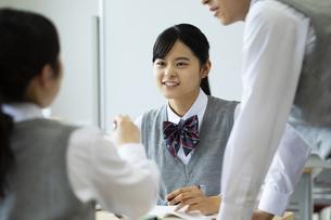 グループ学習をする高校生たちの写真素材 [FYI04907768]