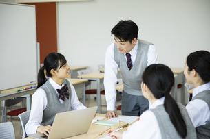 グループ学習をする高校生たちの写真素材 [FYI04907775]