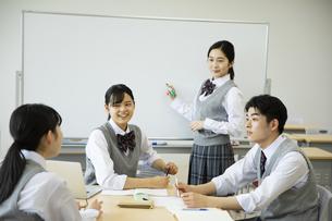 グループ学習をする高校生たちの写真素材 [FYI04907776]