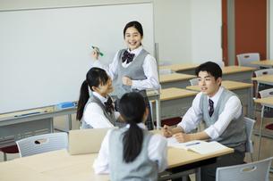 グループ学習をする高校生たちの写真素材 [FYI04907777]