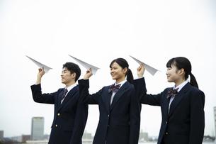 紙飛行機を飛ばす高校生の写真素材 [FYI04907786]