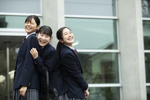 友達と笑顔の女子高生たちの写真素材 [FYI04907790]