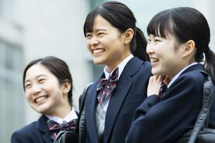 友達と笑顔の女子高生たちの写真素材 [FYI04907791]