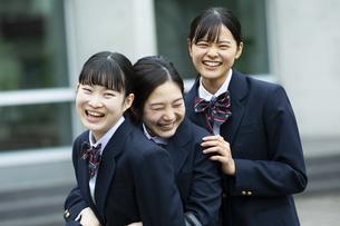 友達と笑顔の女子高生たちの写真素材 [FYI04907792]