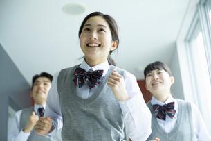 廊下を走る高校生たちの写真素材 [FYI04907806]