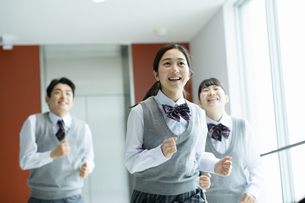 廊下を走る高校生たちの写真素材 [FYI04907807]