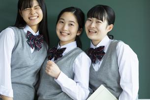 友達と笑顔の女子高校生たちの写真素材 [FYI04907814]