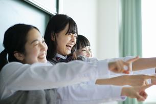 友達と笑顔の女子高校生たちの写真素材 [FYI04907815]