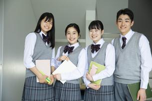友達と笑顔の高校生たちの写真素材 [FYI04907816]