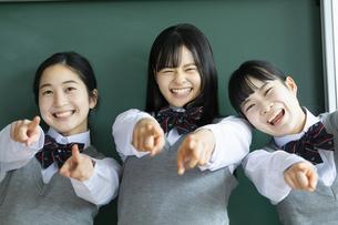 友達と笑顔の女子高校生たちの写真素材 [FYI04907817]
