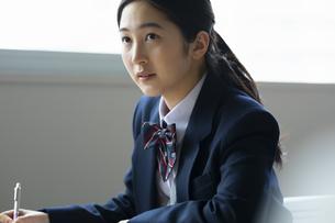 テストを受ける女子高校生の写真素材 [FYI04907820]